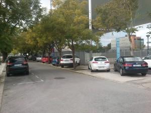 Aparcamientos en la Cartuja: coches encima de las aceras