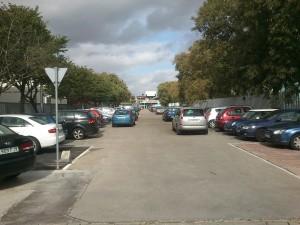 Aparcamientos en la Cartuja: coches en doble fila