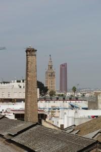 Curiosa visión: Giralda y Torre Pelli en un mismo plano desde las cubiertas de Artillería