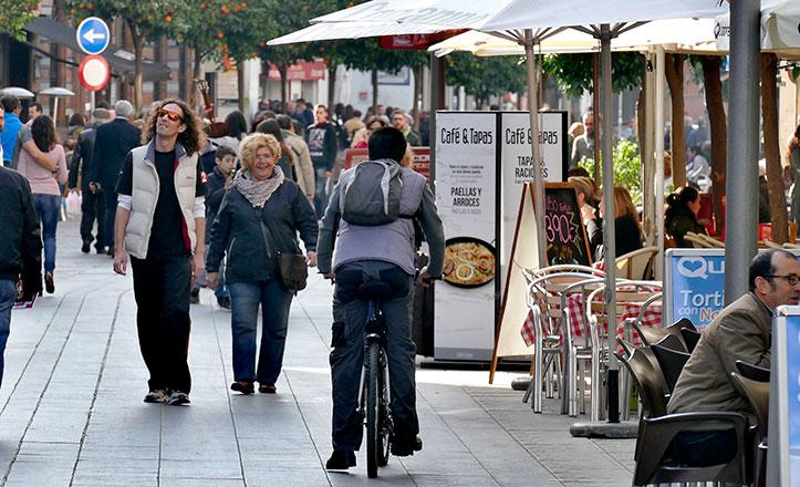 Los veladores copan la calle San Jacinto (Foto: Sevilla Ciudad)
