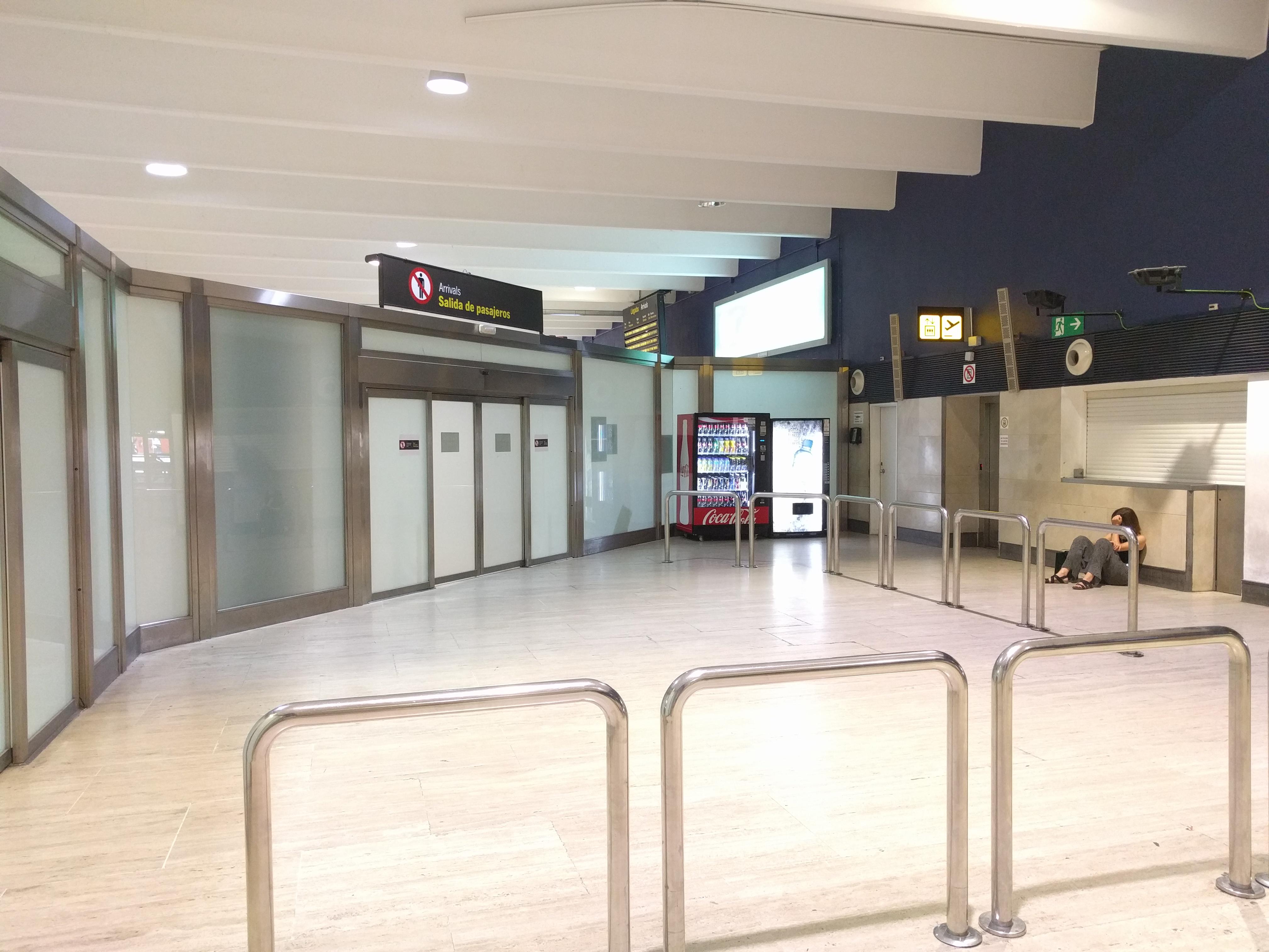 Actual puerta de salida de la zona de llegadas, en un rincón de la terminal