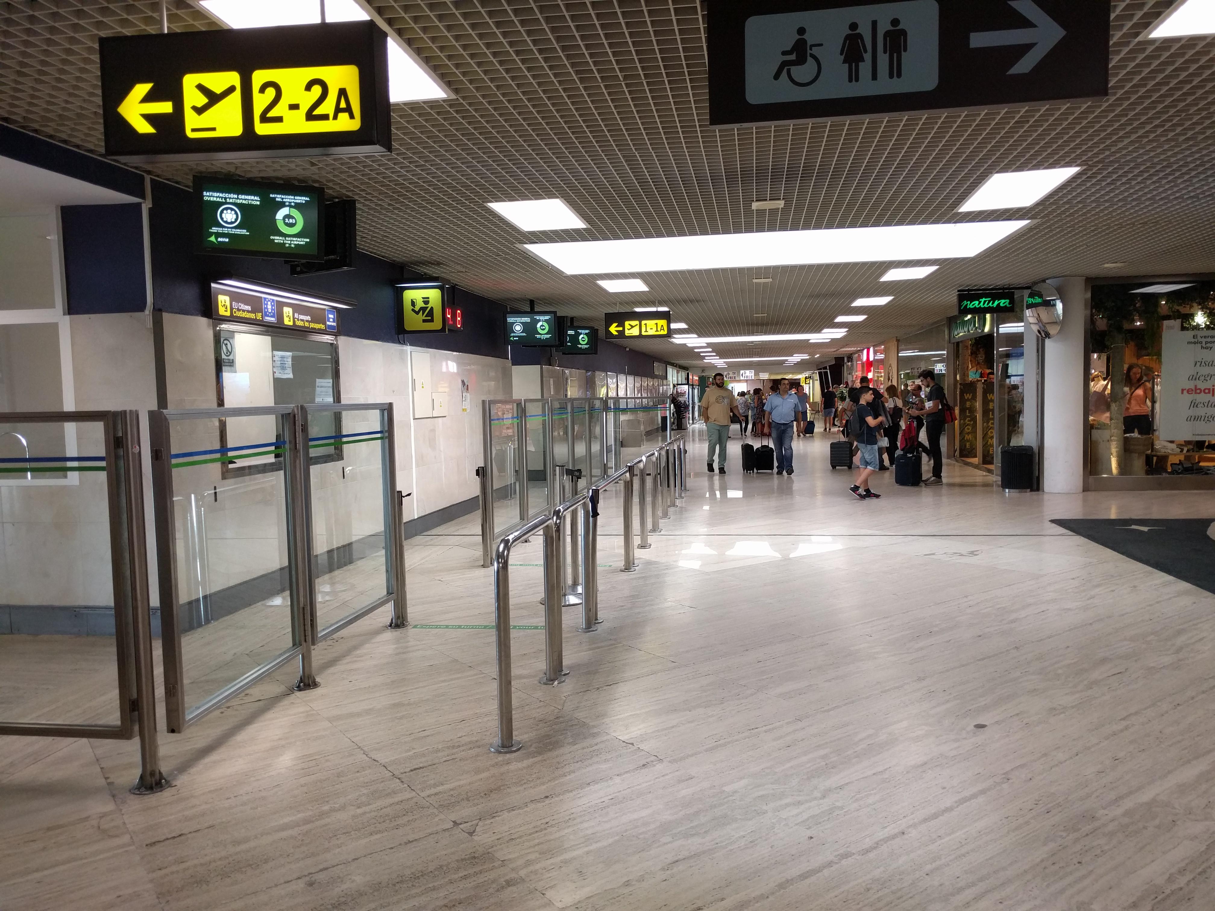 Control de pasaportes en el pasillo de embarque