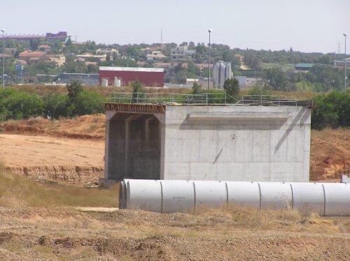 La SE-40, una de las obras parcialmente paradas en Sevilla