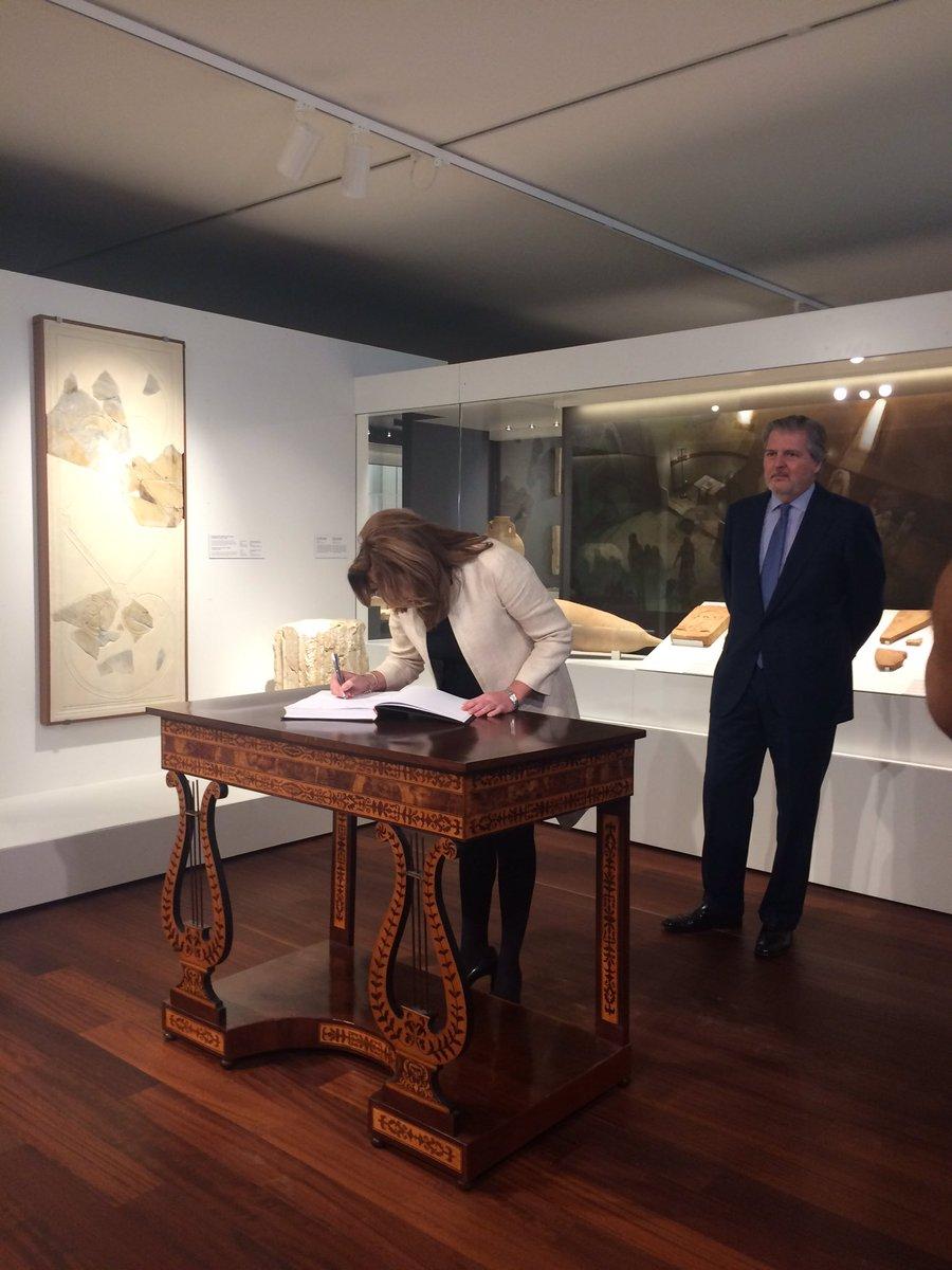 Susana Díaz firma en el Libro de honor del Museo de Málaga