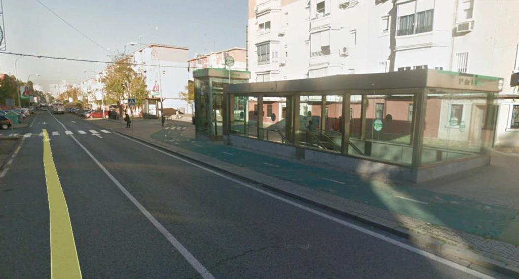 El cajón de acceso a la estación de 1º de Mayo (L1) implicó una reducción del espacio para los coches, tanto en carriles como en aparcamientos. Foto: Google Street View