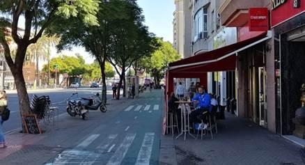 Veladores en la Avenida de Andalucía: ¿por dónde se debe caminar?