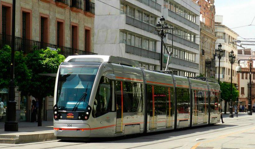 Tranvía `por Avenida de la Constitución (Foto: sevillaactualidad)
